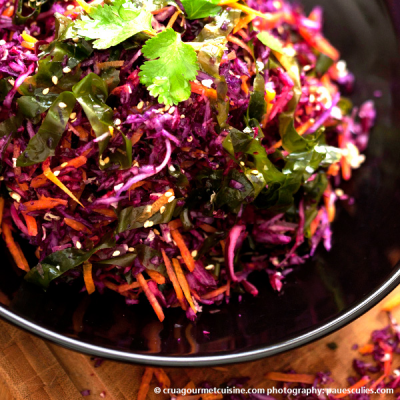 Salade colorée aux choux et aux algues