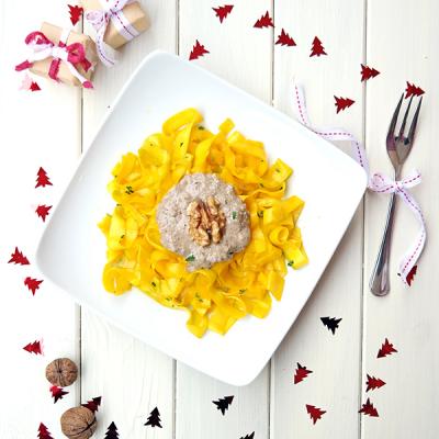 Tagliatelles de courgettes, sauce champignons et noix